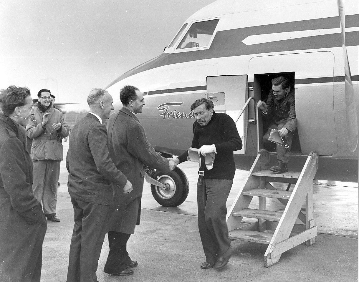 Piloot W. Burgerhout na de eerste succesvolle proefvlucht van de F27