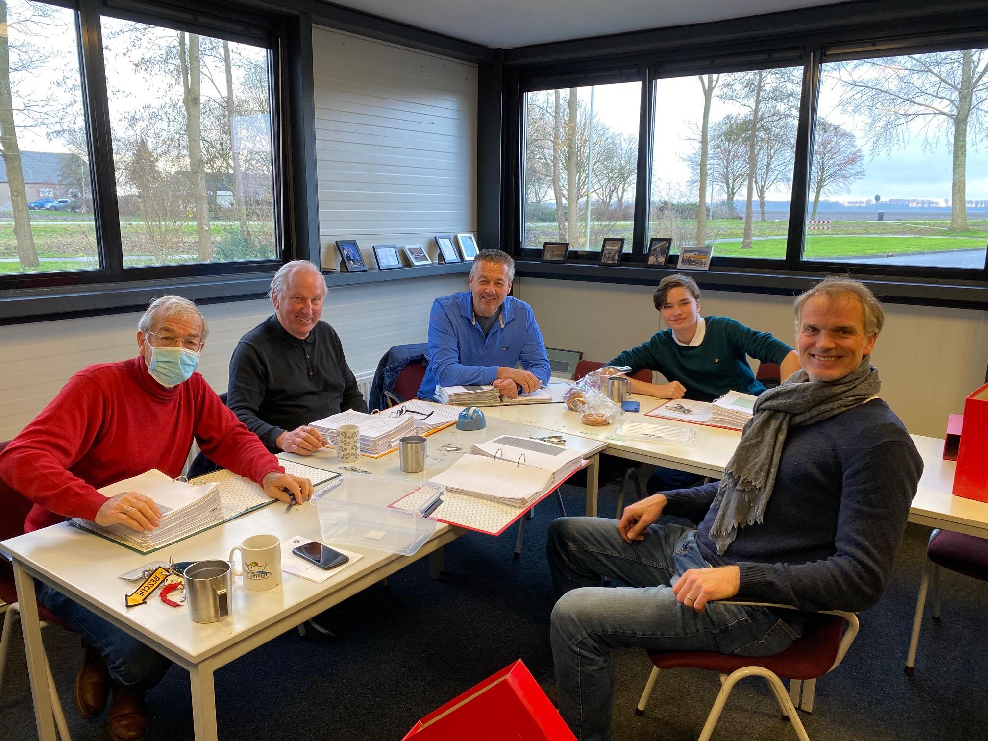 Vrijwilligers van de stichting VNCE inventariseren meer dan 50000 documenten