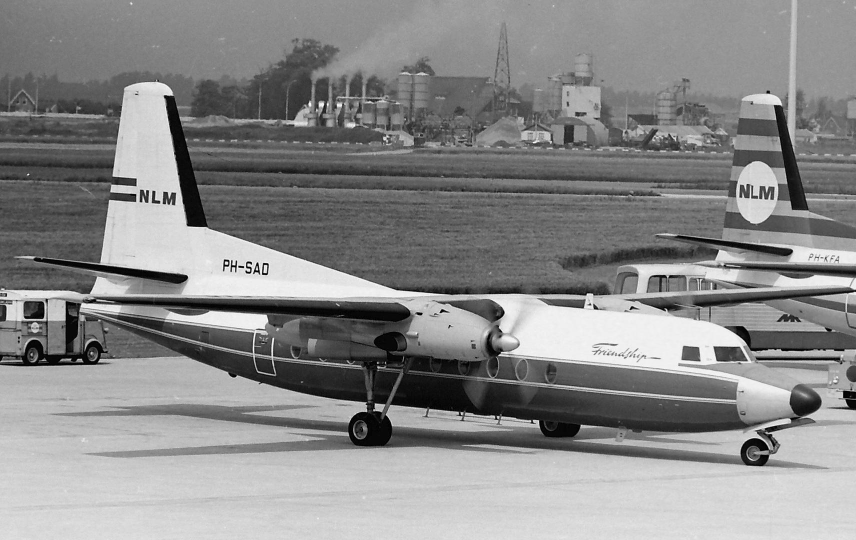 De Fokker F-27-200 Friendship PH-SAD nog in de kleuren van Schreiner met NLM titels in de staart.                     (Nico Terlouw, Schiphol, 1968)