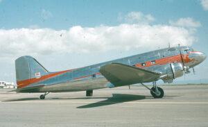 De Douglas DC-3 - foto door Bill Larkins - DC-3 Mobil Gas